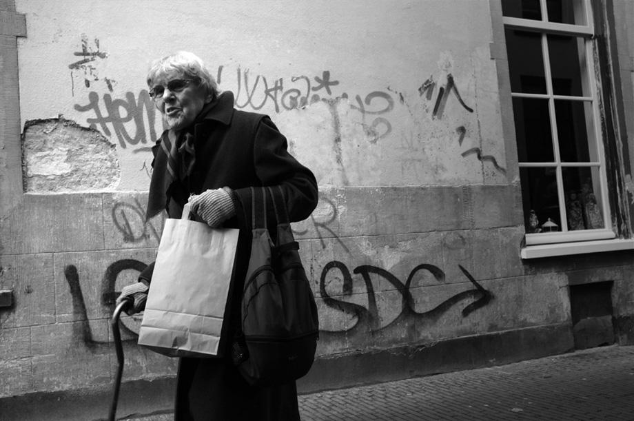 old-woman-vs-grafitti