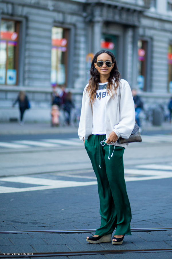 Green trousers street style antwerp | ©THE VIEWFINDER