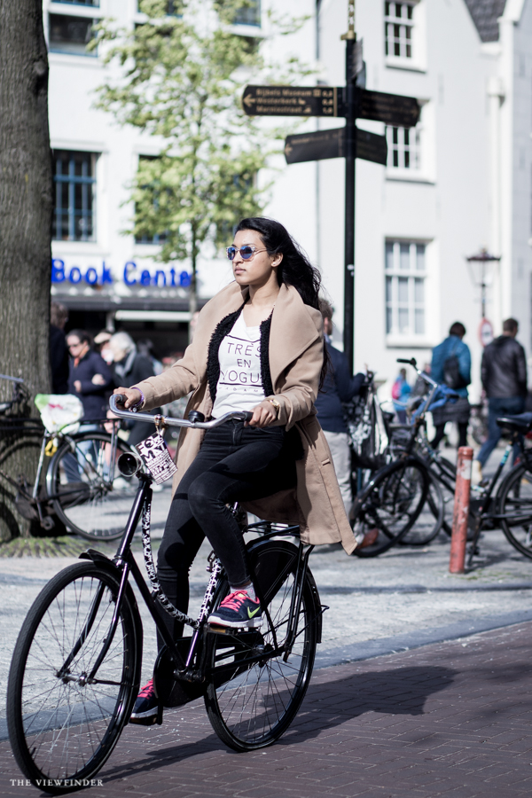 brown coat fur typography print shirt street style amsterdam | ©THE-VIEWFINDER-7666