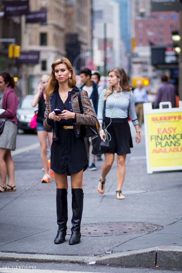 chic fashion at traffic light | THE VIEWFINDER-6889